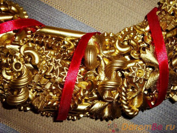 Новогодний венок из макарон своими руками фото пошагово